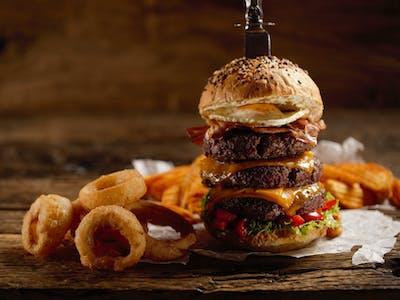 Mega trojitý hovädzí burger s cibuľovými krúžkami