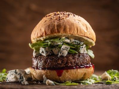 Hovädzí burger s modrým syrom  a brusnicami
