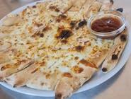 Pizza štangle natreté s cesnakovým dipom, posypané so syrom eidam + mozzarela