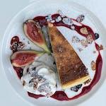 Sernik z białą czekoladą i sosem truskawkowym