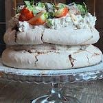 Orzechowy tort bezowy z kremem Oreo, domową konfiturą z wiśni i świeżymi truskawkami, cena za tort  180 zł ok 1,5 kg tort dla 12 osób