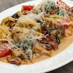 Tagliatelle z kurczakiem, suszonymi pomidorami i szpinakiem  w sosie gorgonzola
