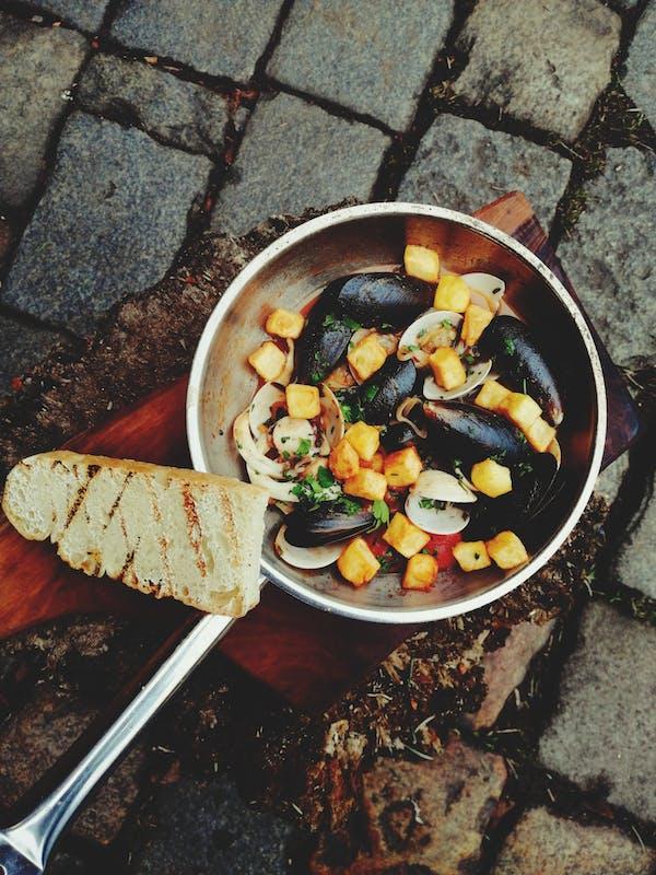 Owoce morza w sosie własnym z chrupiącymi ziemniakami