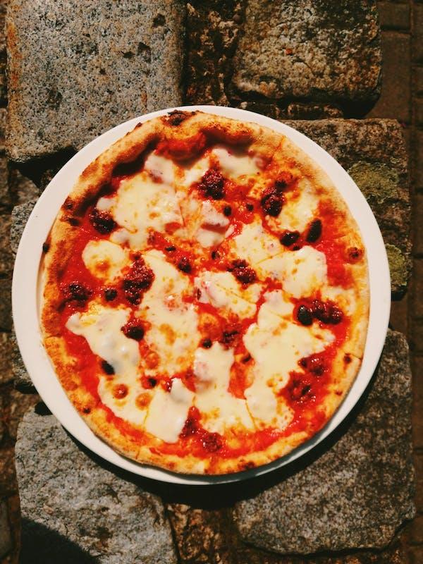 Pizza z włoską kiełbasą 'nduja e provolone dolce