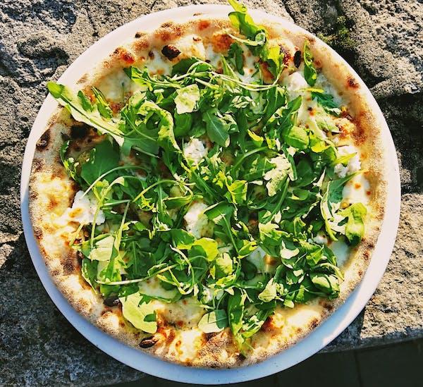 Pizza biała z gruszką i gorgonzolą