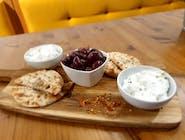 Măsline tztatziki, brânză picantă și pită grecească