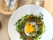 Kiełbaski jagnięce z salsą pomidorowo-paprykową i jajkiem sadzonym