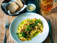 Jajecznica ze szczypiorkiem, pudrem prosciutto i domowym pszennym chlebem
