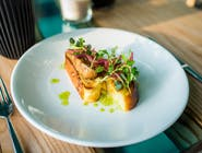 Foie gras z piklowaną czerwoną cebulą na brioche