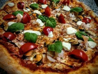 Pizza frutti di mare e basilico