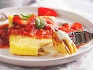 Naleśnik z serem i sosem owocowym