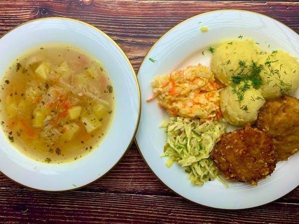 Zestaw obiadowy ''Zupa kapuśniak, kotlet mielony w płatkach kukurydzianych, talarki ziemniaczane lub ziemniaki gotowane, surówka .''
