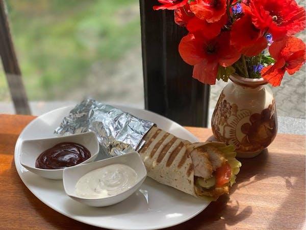 Tortilla na chrupiących polędwiczkach z warzywami