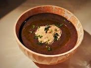 Zupa krem z czarnej fasoli dekorowana farofą (przyprawioną i prażoną skrobią z manioku)