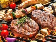 MIXGRILL to danie dladwóch osób, z trzema rodzajamigrillowanego mięsaigrillowanymiwarzywami oraz frytki  z dwoma sosami