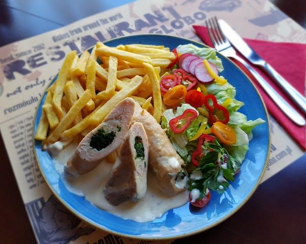 Roladki drobiowe ze szpinakiem w sosie serowym, pieczone ziemniaki, mix sałat