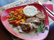 Leśne polędwiczki - sznyceliki z polędwiczki wieprzowej w białym sosie z grzybami leśnymi, mix sałat