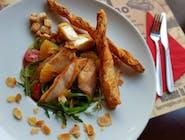Sałatka z kurczakiem, smażonym serem feta i płatkami migdałów