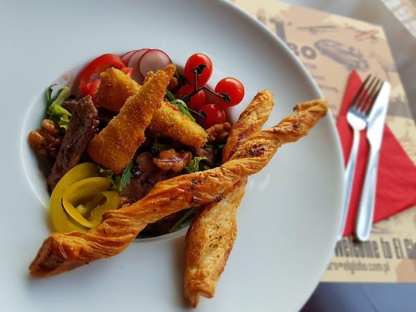 Sałatka z grillowaną polędwiczką wieprzową, serem pleśniowym i orzechami włoskimi