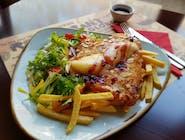 Pierś z kurczaka panierowana w migdałach zapiekana z camembertem z żurawiną, pieczone ziemniaki, mix sałat