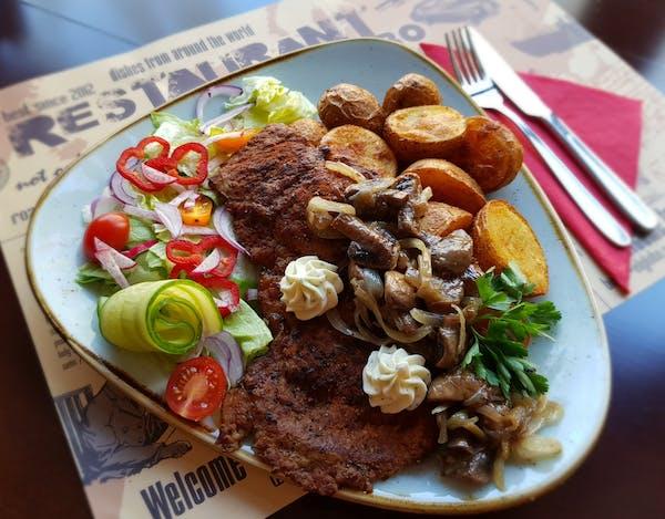Karkówka po chłopsku z pieczarkami i cebulką, frytki, mix sałat