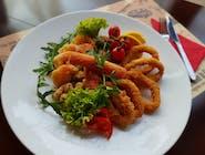 Fritto di mare - chrust owoców morza w panierce szefa kuchni: krewetki, kalmary, omułki podane z mixem sałat i pomidorową bruschettą