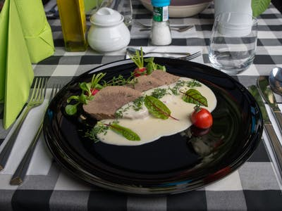 wołowina wolno gotowana  w sosie chrzanowym 180g+100g