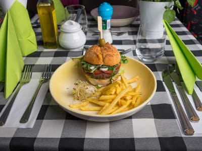 Burger dziecięcy z wołowiną + frytki