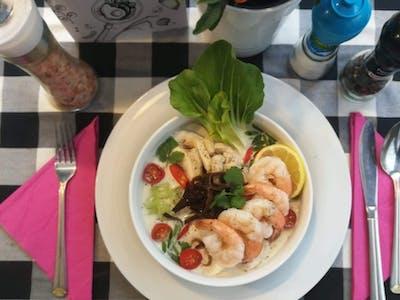 ZUPA SZEFA: SMAKI AZJI! Nasza wariacja na temat zupy tajskiej z kurczakiem i krewetkami 5szt. na bazie mleczka kokosowego
