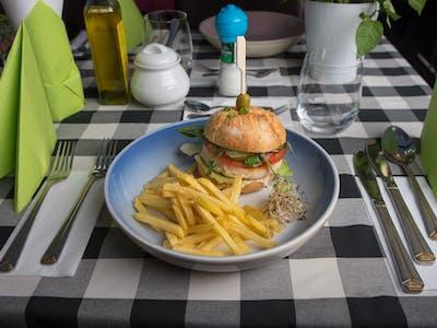 Burger dziecięcy z kurczakiem + frytki