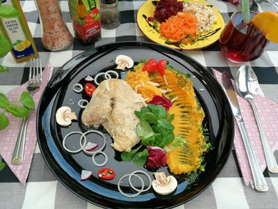 Danie Szefa : Confitowana pierś z kurczaka ze skrzydełkiem na sosie imbirowo - limonkowym, puree dyniowo- marchewkowe