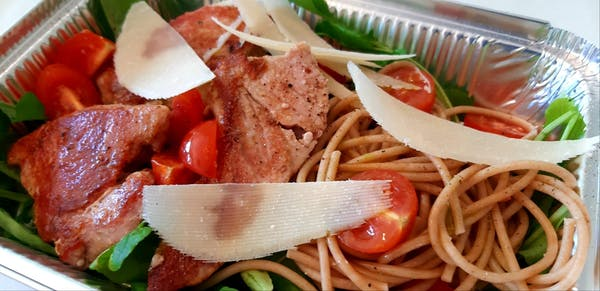 Salata od svježe tune sa rikulom, tjesteninom, cherry rajčice, maslinovo ulje i svježe povrće
