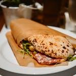 """Włoska kanapka """"Panuozzo"""": z sosem pomidorowym salami/szynka parmeńska, rukolą, oliwkami"""