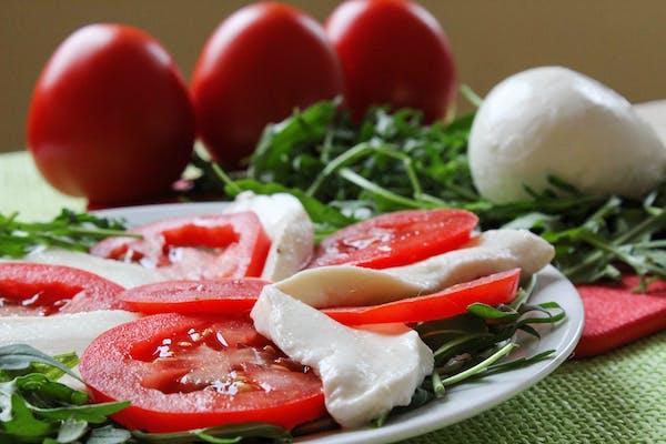 Sałatka z białą mozzarellą (wegetariańska)