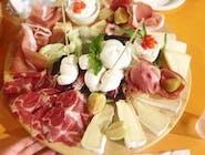 Talerz włoskich wędlin i serów