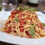 Boloňské špagety sypané sýrem