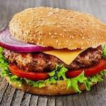 Hamburger s hranolkami a americkým dresingem