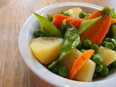 bukiet warzywa na parze (marchewka, kalafior, ziemniak w łupinie, brokuły)