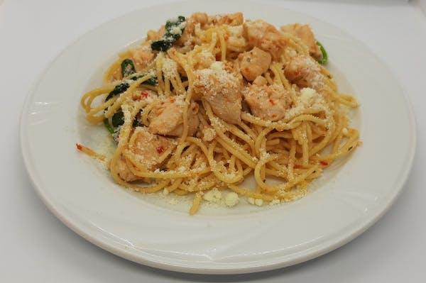 Spaghetti aglio olio z kurczakiem i szpinakiem