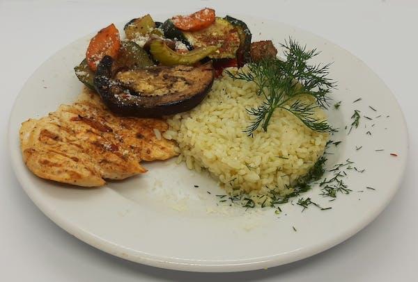 Grillowana pierś z kurczaka z grillowanymi warzywami i ryżem ziołowym