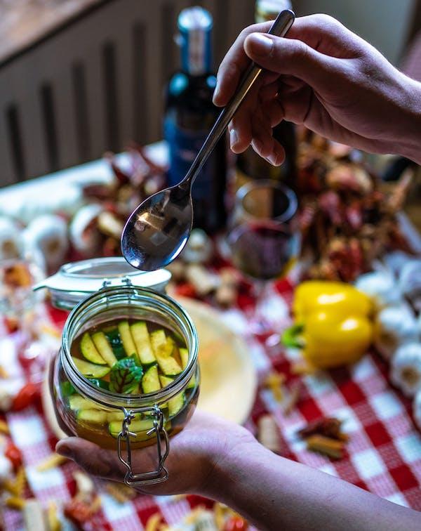 Bulion warzywny z szafranem i julienne z cukinii