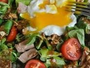 Sałatka z jajkiem poche, tuńczykiem i kaparami