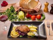 Pulpă de rață cu varză roșie călită și cartofi piure