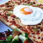 4. Szpinak świeży, suszone pomidory, żółty ser, jajko sadzone, sos