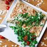 2. Kurczak w przyprawach, suszone pomidory, pesto bazyliowe, rukola, ser mozzarella, sos