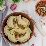 Pierogi z kaszą gryczaną, cebulą i białym serem