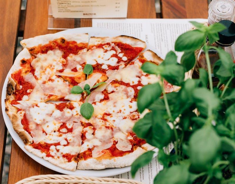 Zamów 2 dwolne pizze i dokup Margheritę za 5 zł