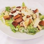 Caesar salát s kuřecím masem, slaninou, krutony a parmazánem