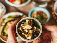 wegańska feta z ziołową salsą i czarnymi oliwkami