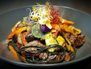 Udon z warzywami i polędwicą wołową